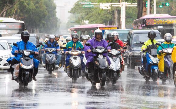 """暴雨中骑机车""""如何保命""""?选对安全帽超重要,这个一定要打开"""